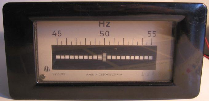 Frequenzmesser, Julo, Public domain, via Wikimedia Commons